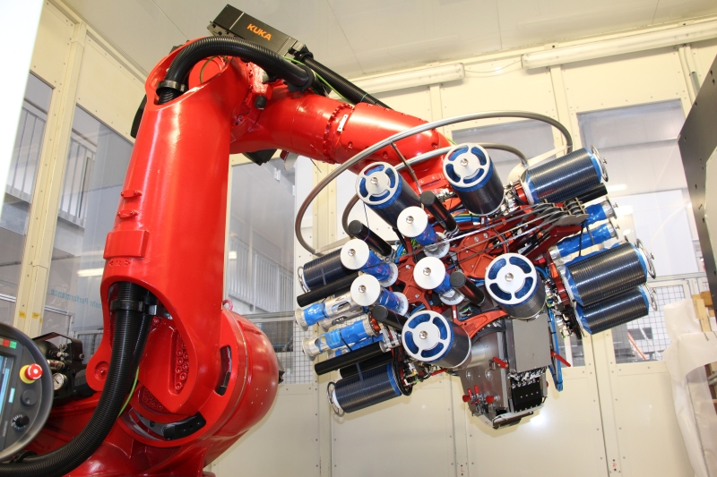 A STAXX FLEX mounted on a common industrial robot. The open design allows easy access to all components and thus uncomplicated loading of the material storage and easy maintenance. (Photo: Broetje-Automation)
